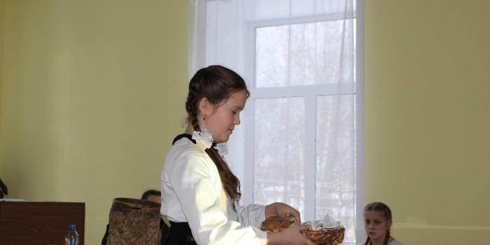 Владислава Власова знакомит жюри со старинными предметами быта, сделанными из бересты.