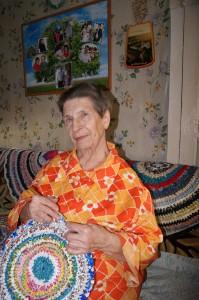 Анна Даниловна Мальцева любит вязать коврики