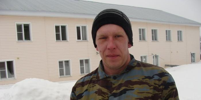 Евгений Данилов работает дворником третий год.