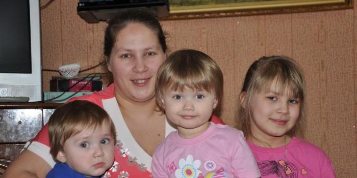 Екатерина Худякова и ее дети Ярослав, Златослава и София.