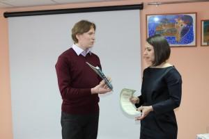 Дмитрий Опалихин вручил Людмиле Переломовой книги Федора Конюхова. Познакомиться с ними можно будет в Бабушкинской районной библиотеке.