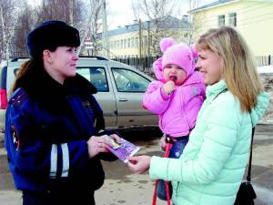 Наталья Кожевникова напоминает Ольге Вторушиной о необходимости соблюдения ПДД и вручает ей памятку.