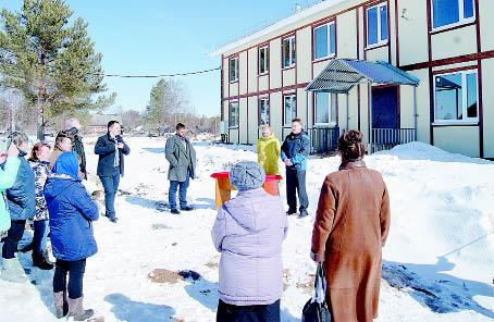 Ключи новоселам были вручены возле дома по улице Школьной.