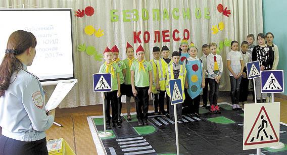 Участников фестиваля приветствует Наталья Кожевникова.