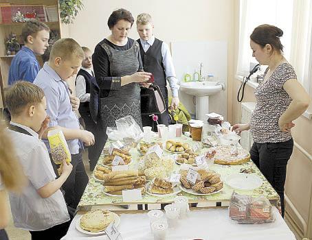 На ярмарке можно было купить выпечку, сладости, поделки, рассаду и многое другое.