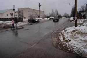 Возле Бабушкинской центральной районной больницы на перекрестке улиц Первомайской и Нижней Надречной нет пешеходного перехода, при этом здесь ежедневно много пешеходов и транспорта.