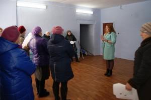 Заведующая отделом социально-экономического развития и торговли администрации района Наталья Попова на встрече с жителями поселка Ида.