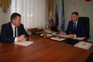 Заместитель губернатора Вологодской области Евгений Богомазов и глава Бабушкинского района Владимир Порошин беседуют о ситуации в нашем районе.