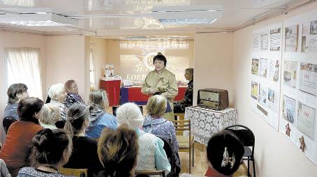 Дженни Синицына знакомит гостей выставки с боевым путем Петра Федоровича Афанасьева.