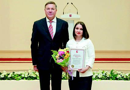 Губернатор области Олег Кувшинников вручил Благодарственное письмо Людмиле Переломовой накануне Дня местного самоуправления.