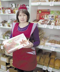 Людмила Никулина обслуживает покупателей. В свободное от работы время она ведет большое подворье, выращивает цветы и вышивает бисером иконы. «Мечтаю вырастить дочку, съездить с ней на юг, отремонтировать дом», - говорит Людмила Ивановна.
