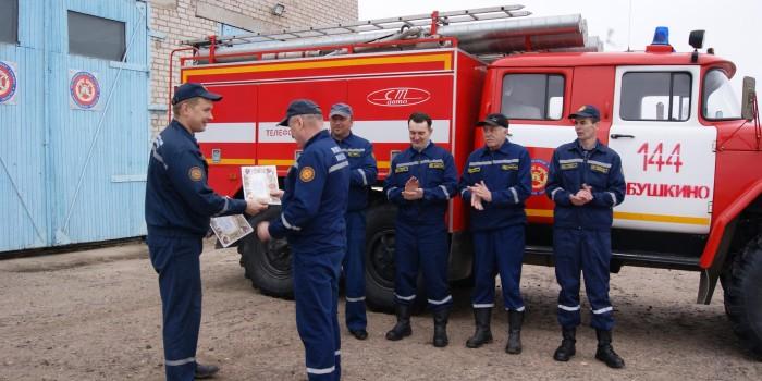 Начальник пожарной части Валентин Литомин вручает Благодарность начальнику караула Владимиру Ерегину.