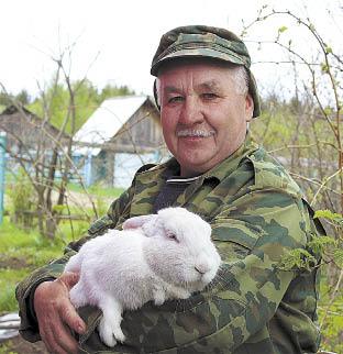Алексей Медведев: «Кролиководство может стать большим подспорьем для каждой семьи в нашем селе, а если поставить цель, то даже весьма прибыльной деятельностью. Например, кролики породы белый великан неприхотливы в питании, но их вес в возрасте года уже достигает 6 килограммов».