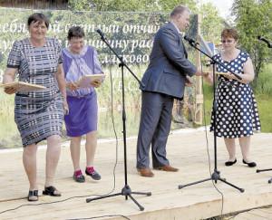 Глава поселения Павел Скобин вручает подарки.