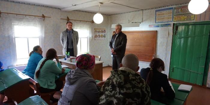 Глава сельского поселения Подболотное Сергей Чежин (справа) рассказал, что на ремонт дороги Логдуз-Плешкино выделено 1,5 миллиона рублей, работы будут проведены в июле.
