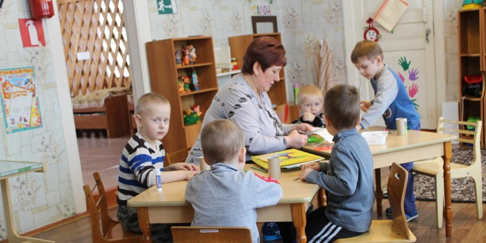Каждый день воспитатели проводят для ребят интересные занятия. Ирина Манойлова и её воспитанники.