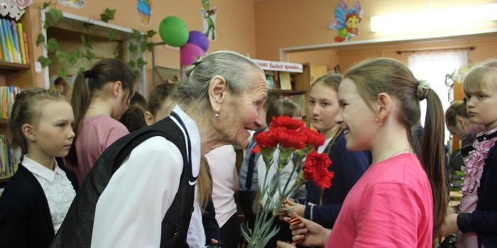 Мария Поварова в гостях у бабушкинских школьников. Ребята пообещали ветерану хорошо учиться и быть воспитанными людьми.