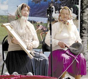 Выступают самодеятельные артисты Татьяна Дружинина и Нина Шумилова.