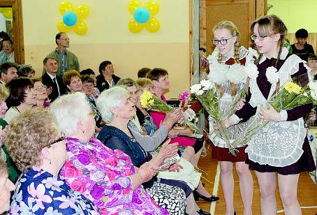 Выпускницы 2017 года вручили цветы ветеранам педагогического труда.