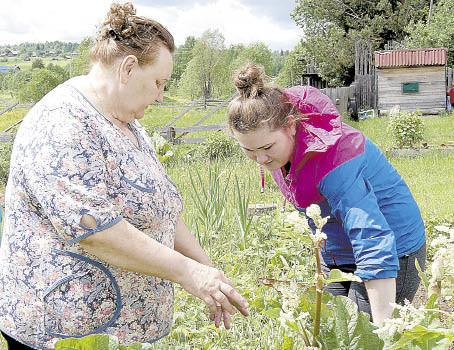 Наталья Кузнецова показывает свои владения Марине Поспеловой.