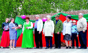 Валентина Ловыгина поздравляет семейные пары. Слева направо: Тамара и Николай Баклановы, Татьяна и Николай Тиховы, Любовь и Николай Девятиловы.