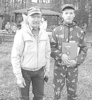 Александр Обрядин с учителем трудового обучения и ОБЖ Подболотной школы Владимиром Креталовым.