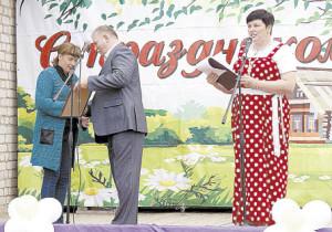 Глава поселения Павел Скобин передал Наталье Юдиной Благодарственное письмо для её супруга Николая Васильевича.