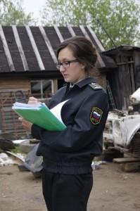 Судебный пристав Отдела судебных приставов по Бабушкинскому району Арина Шилова выписывает требование должнику.