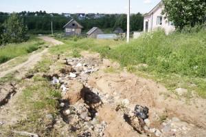 На улице Пионерской дорога из-за размыва дождевой водой превратилась в канаву.