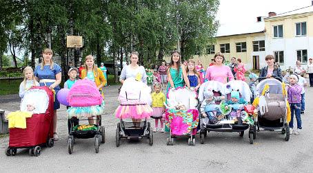 Участники парада продемонстрировали необычные модели колясок. Молодцы!