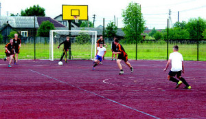 Соревнования дворовых команд по футболу интересны еще и тем, что ребята сами формируют свои команды и дают им названия.