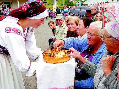«Хлеб вам да соль, счастье да любовь!» - так в народе говорится испокон веков. Хлебом-солью угощает земляков Мария Королёва.