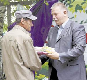 Павел Скобин вручает подарок Сергею Кий. 20 июля он отметил 65-летие.