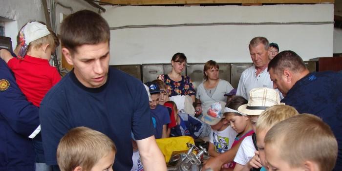 Инженер пожарной части Илья Русинов знакомит ребят с пожарно-техническим вооружением ПЧ.