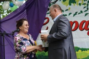 В честь юбилея библиотеки Нина Шестакова принимает памятный подарок от главы сельского поселения Миньковское Павла Скобина.