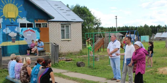 На встрече местные жители подняли проблемы обеспечения поселка качественной водой и ремонта муниципального жилья.
