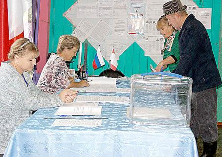 Первые избиратели посетили участок в поселке Зайчики.
