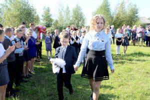 Первый звонок подают ученик второго класса Ростислав Вовк и ученица девятого класса Мария Парфеньева.