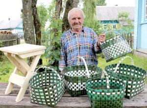 Анатолий Беляев - плотник со стажем. В день он может изготовить по 1-2 оконной раме. Его корзинки пользуются спросом и у земляков, и за пределами района.