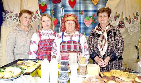 На ярмарке Галина Макарова, Елена и Татьяна Кругловы, Александра Шишебарова.