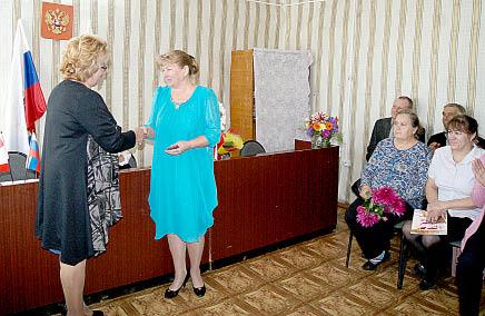 Председатель ТИК Бабушкинского района Ольга Климова вручает Светлане Андреевой удостоверение главы Тимановского поселения.