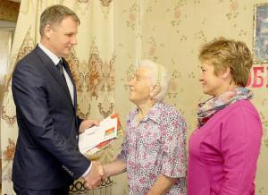 Таисью Ярыгину поздравляют Владимир Порошин (слева) и Ольга Рыжова (справа).