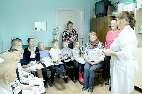 Евгения Зарубина ведет со школьниками беседу о профессии врача и здоровом питании.
