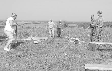 Во время субботника по благоустройству территории Исаковой горы.Фото предоставила Татьяна Решетова.