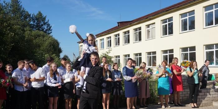 Алиса Бландова и Антон Кобелев подают первый звонок.