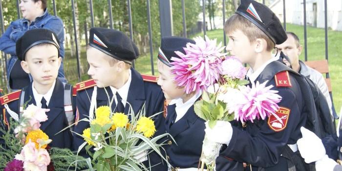 В Бабушкинской школе открыт кадетский класс, в нем 21 ученик. Первого сентября кураторы ребят из местного ОМВД подарили им ручки и календарики с символикой кадетского класса.