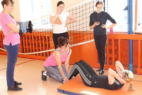 Поднимание туловища из положения лежа на спине - это упражнение хорошо знакомо нам еще со школы. Норматив принимает Виктория Усенова.