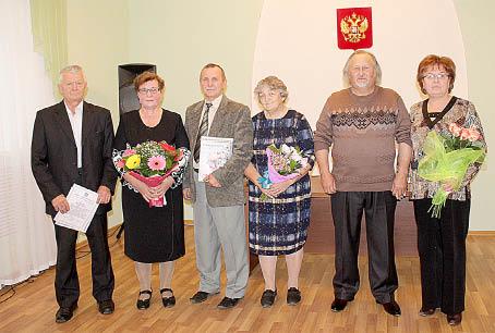 Супруги Валентин и Татьяна Баженовы (слева) и Владимир и Валентина Кусковы (справа) вместе уже 40 лет, а Александр и Тамара Даниловы (в центре) - 45.