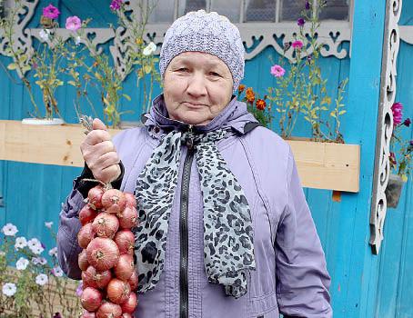 Нине Самыловской нравится хранить лук, связанный в косы, по нескольким причинам: овощи смотрятся красиво и всегда под рукой.