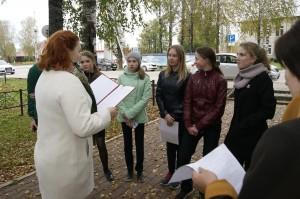 Сотрудник библиотеки Ирина Поляшова просит участников игры назвать заповедные территории Бабушкинского района.